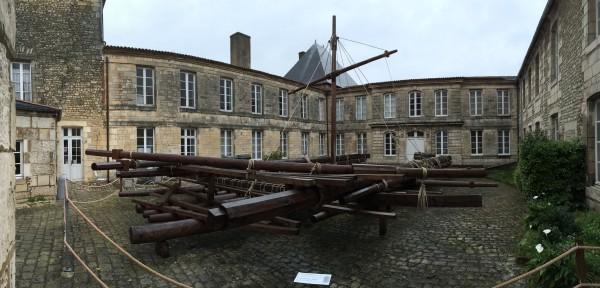 Réplique du radeau de la Méduse dans la cour du Musée de la Marine de Rochefort
