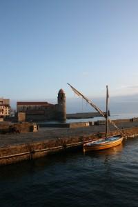 La barque Ufana devant l'église de Collioure